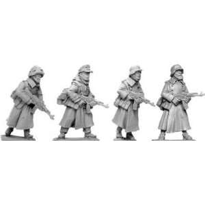 Designs WWII 28mm Late War Germans (Winter) MP44 (4) Toys & Games